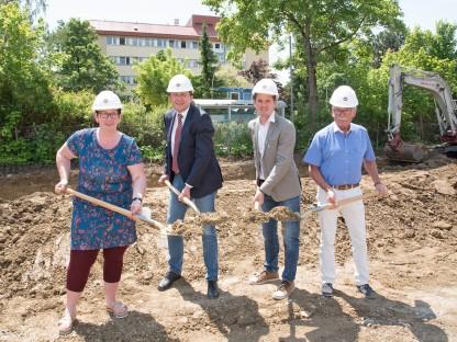 Spatenstich mit Bettina Lahnsteiner (Leiterin Seniorenwohnheim), Bürgermeister Matthias Stadler, Christian Wildeis und Hermann Haneder (beide Fa. Swietelsky).  (Foto: Josef Vorlaufer)