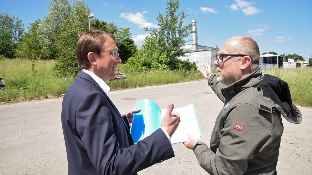Bürgermeister Matthias Stadler und Baudirektor Wolfgang Lengauer am Areal in der Linzer Straße. (Foto: Josef Vorlaufer)