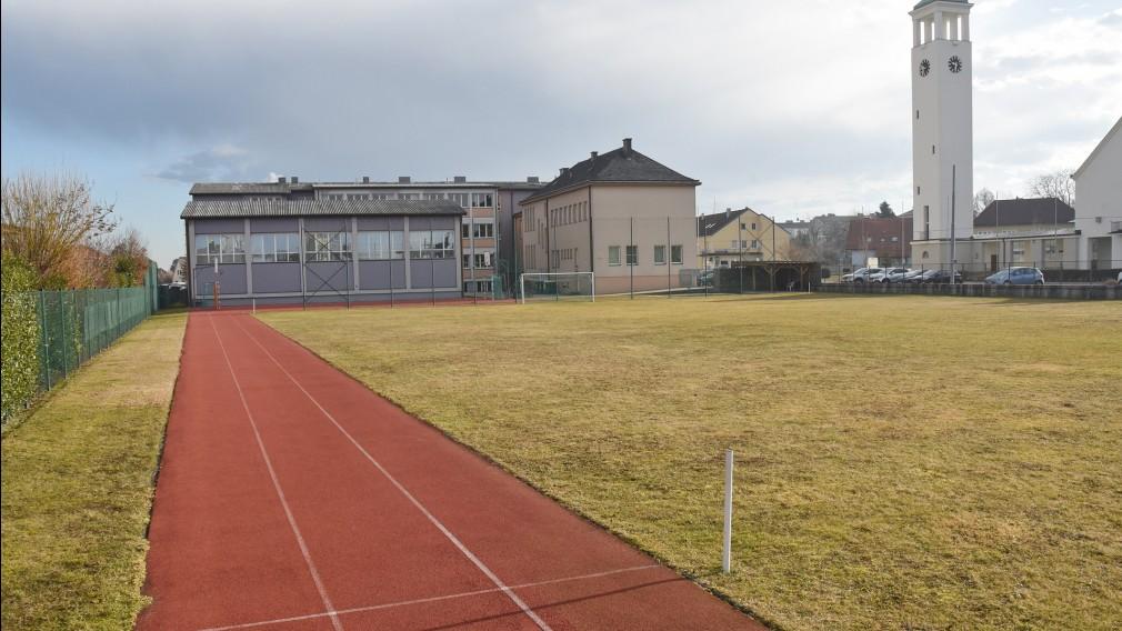 Sportplatz mit Laufbahn vor einem Schulgebäude. (Foto: Josef Vorlaufer)