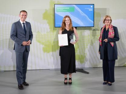 Alina Meindl hält die Auszeichnung in Händen. Links steht Landesrat Jochen Danninger, rechts Landeshauptfrau Johanna Mikl-Leitner