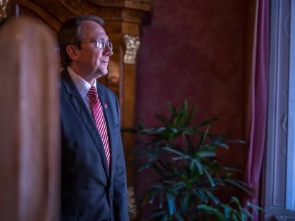 Bürgermeister Mag. Matthias Stadler in seinen Amtsräumen. (Foto: Behpournia)