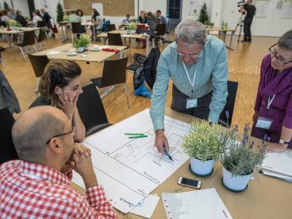 Zwei Frauen und zwei Männer beim Planungsentwurf.(Foto: Thomas Kainz).