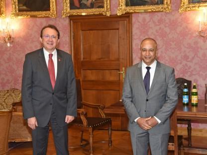 Bürgermeister Stadler und Botschafter Al Musharrakh im Bürgermeisterzimmer. (Foto: Vorlaufer)
