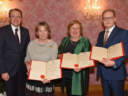 Drei Frauen erhalten Ehrenring