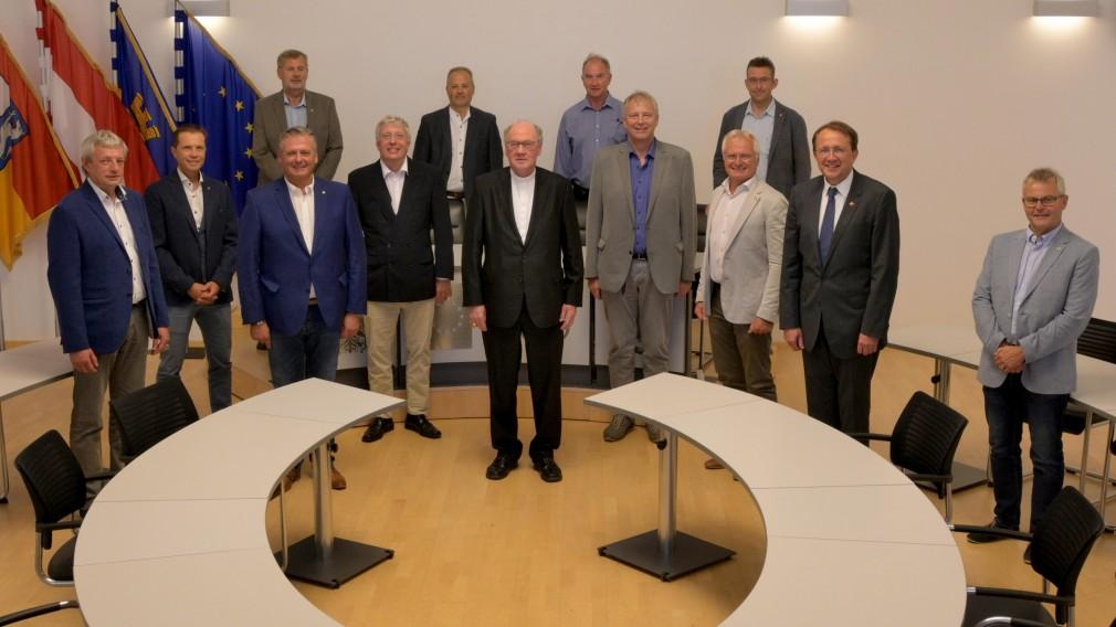 Mitglieder des Österreichischen Bundesfeuerwehrverbandes und Bischof Alois Schwarz fanden sich im Rathaus bei Bürgermeister Mag. Matthias Stadler ein. (Foto: Wolfgang Mayer)
