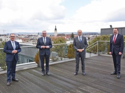 Vier Personen auf einer Terrasse im Freien. (Foto: Vorlaufer)
