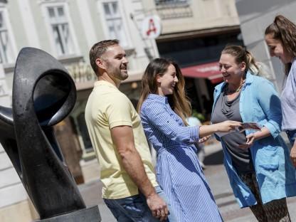 Drei Frauen und ein Mann unterhalten sich am Riemerplatz. (Foto: Doris Schwarz-König).