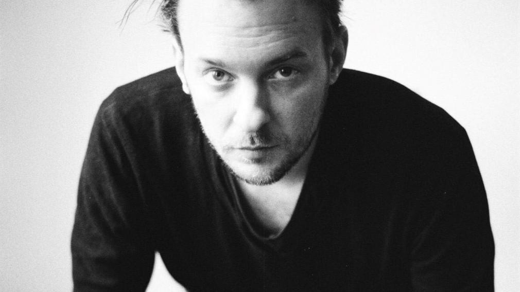 Matthias Jakisic in schwarz weiß. Foto: Raffael Stiborek Photography