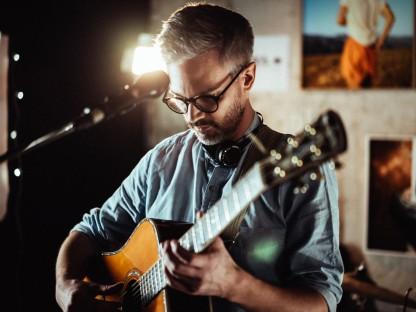 Martin Rotheneder (Soulitaire) mit Gitarre. (Foto: Beneditk Weiss)