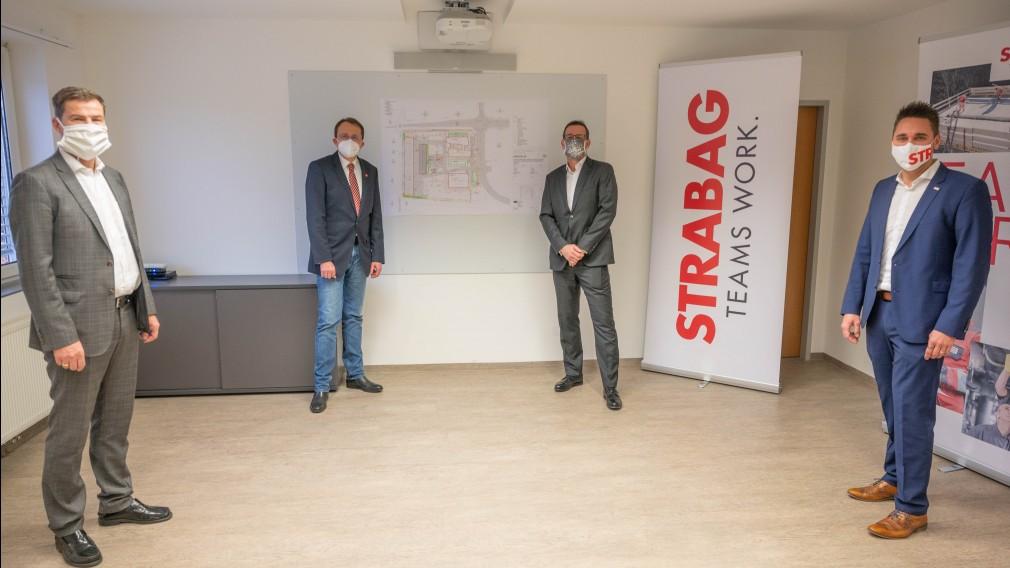 Hans Kirchknopf, Bürgermeister Matthias Stadler, STRABAG AG Österreich-Vorstand Markus Engerth und Mario Hameseder mit dem Plan der neuen STRABAG-Niederlassung. (Foto: Arman Kalteis)