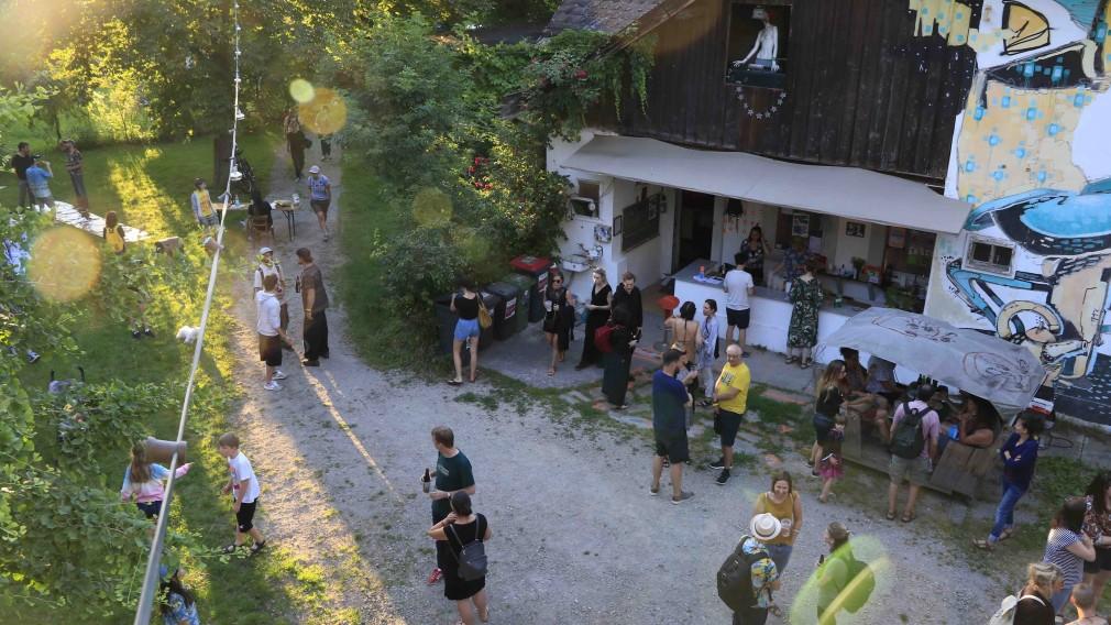 Zahlreiche Personen beim Clubnachmittag im Sonnenpark in St. Pölten. (Foto: Viktoria Bayer)