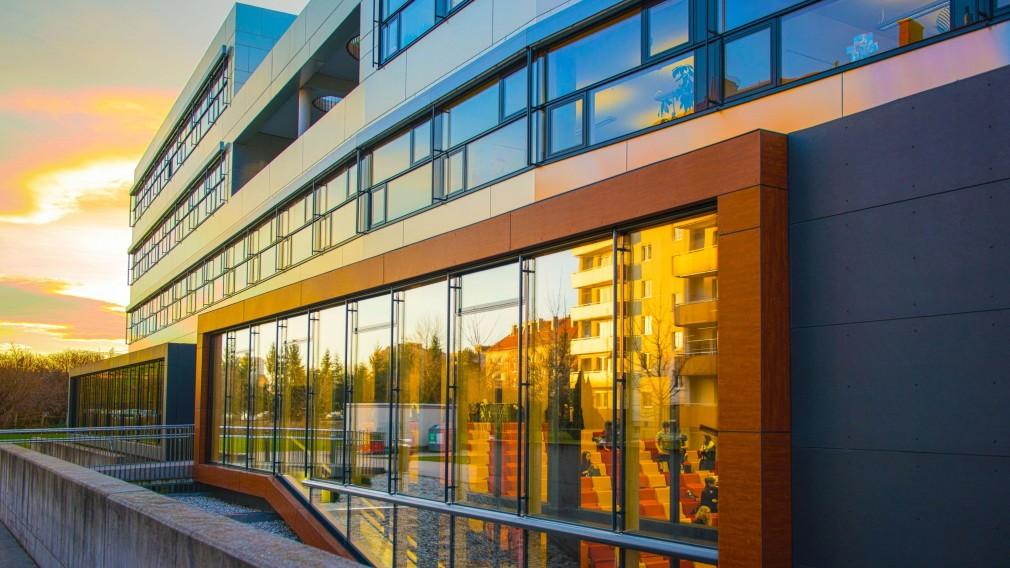 Ansicht des Hauptgebäudes der Fachhochschule St. Pölten. (Foto: Martin Lifka Photography)