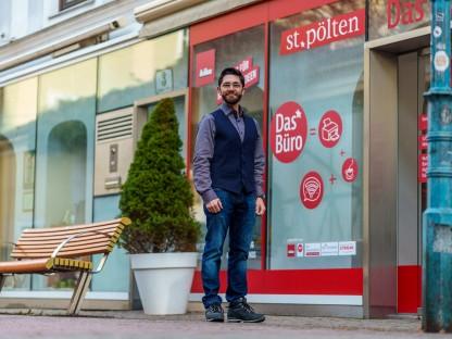 """Lukas Stefan von der Stabsstelle für Zukunftsentwicklung, Wirtschaft und Marketing in der Schreinergasse vor dem """"Büro"""". (Foto: Josef Bollwein)"""