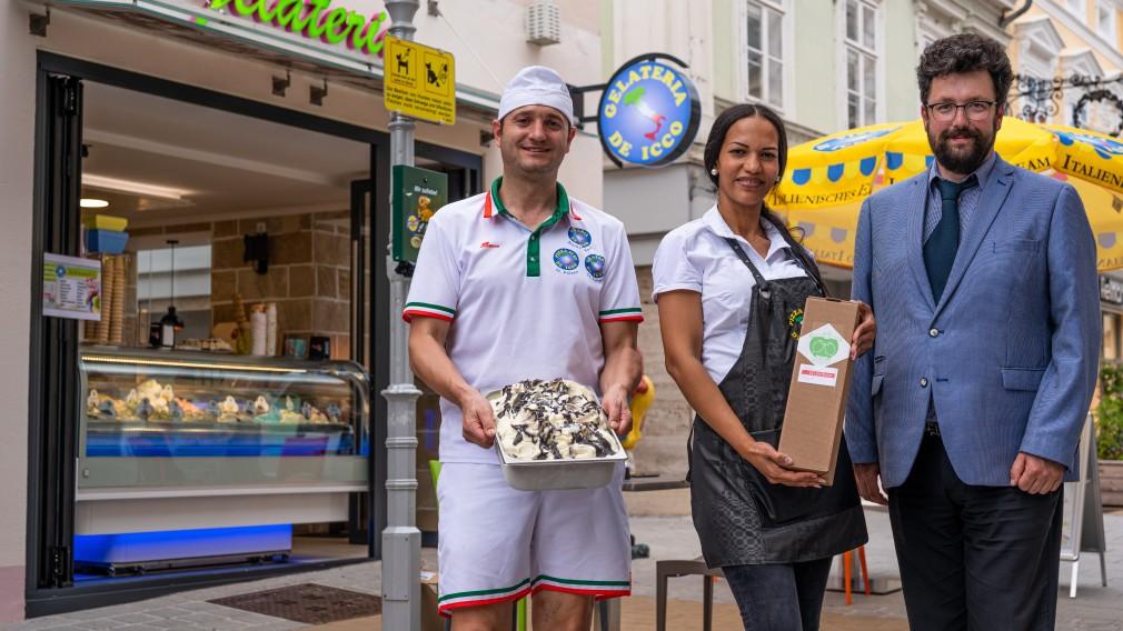 Thomas De Icco, seine Ehefrau Johana Gamez De Icco und Vizebürgermeister Harald Ludwig stehen in der St. Pöltner Kremsergasse vor dem neu eröffneten Eisgeschäft De Icco. (Foto: Arman Behpournia)