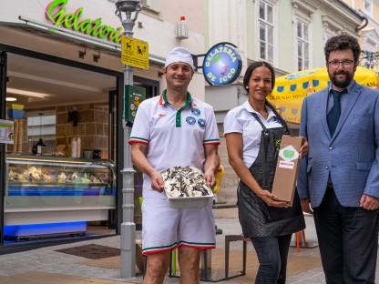 Thomas De Icco, seine Ehefrau Johana Gamez De Icco und Vizebürgermeister Harald Ludwig stehen in der St. Pöltner Kremsergasse vor dem neu eröffneten Eisgeschäft De Icco.