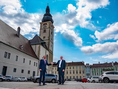 Bürgermeister und Bischof vor dem St. Pöltner Dom. (Foto: Arman Kalteis)