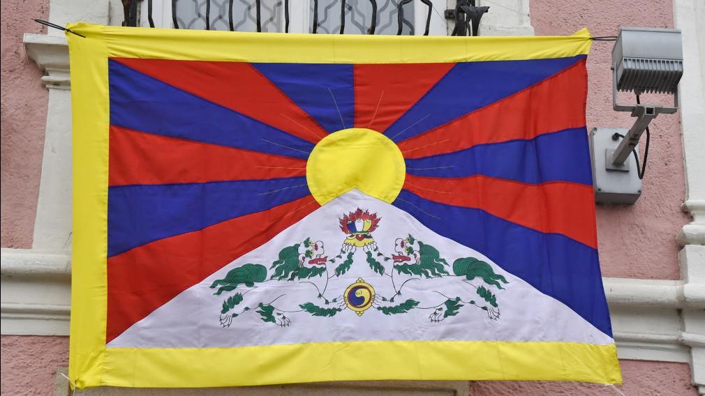 Tibetische Flagge am Rathaus. (Foto: Josef Vorlaufer)