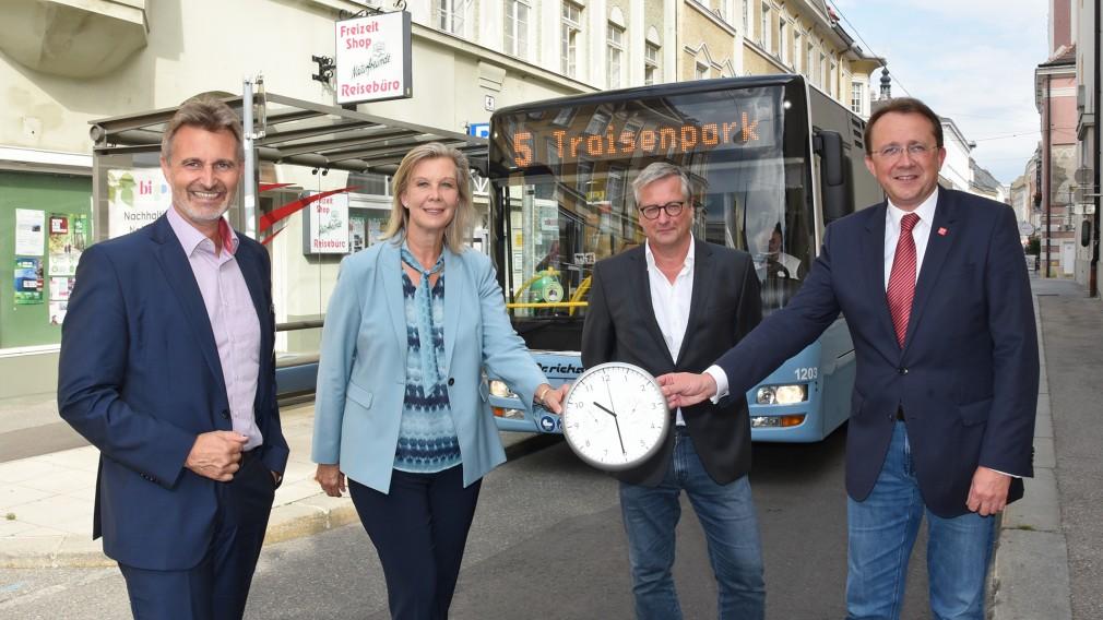 VOR-Geschäftsführung Wolfgang Schroll und Karin Zipperer, Peter Zuser und Bürgermeister Matthias Stadler mit einer Uhr eingestellt auf 22:30 Uhr vor der LUP Haltestelle in der Rathausgasse. (Foto: Josef Vorlaufer)