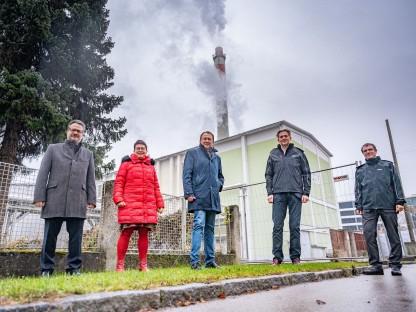 Thomas Zeh (Referatsleiter Umweltschutz), Renate Gamsjäger (Stadträtin), Matthias Stadler, Franz Mittermayer (Mitglied des Vorstandes der EVN AG) und Roman Igelspacher (Sachbearbeiter der Evaluierung, EVN) stehen vor einem Kraftwerk. Foto: Arman Kalteis