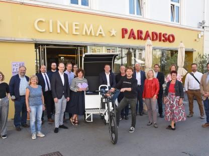 Eine Gruppe von Organisatoren und Sponsoren vor dem Cinema Paradiso (Foto: Mathias Reischer)