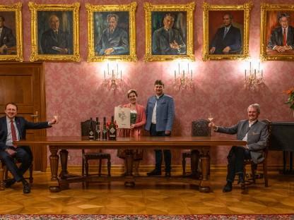 Weinpate Landtagspräsident Mag. Karl Wilfing und Weinpate Bürgermeister Mag. Matthias Stadler sitzend sowie das Winzerehepaar Andrea und Martin Hirtl stehend im Bürgermeisterzimmer bei der Weinverkostung.(Foto: Arman Kalteis)