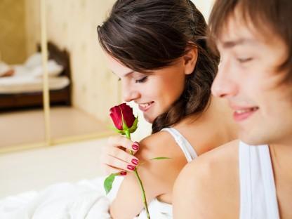 Verliebtes Paar mit einer Rose. (Foto: Fotolia | alike you)