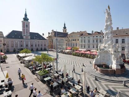 Luftansicht des St. Pöltner Rathausplatzes im Sommer mit Schanigärten. (Foto: Jäger)