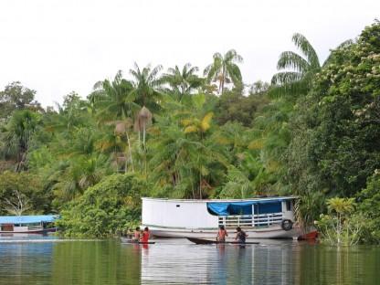 Menschen mit Booten im Rio Negro.(Foto: Klimabündnis Österreich)