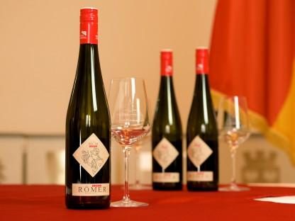 Ein Produktfoto des Hauptstadtweins und des St. Pöltner Weinglases. (Foto: Arman Kalteis)