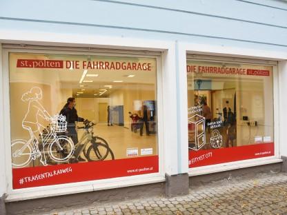Ein Blick von außen in die neue Fahrradgarage in der Schreinergasse (Foto: Josef Vorlaufer).