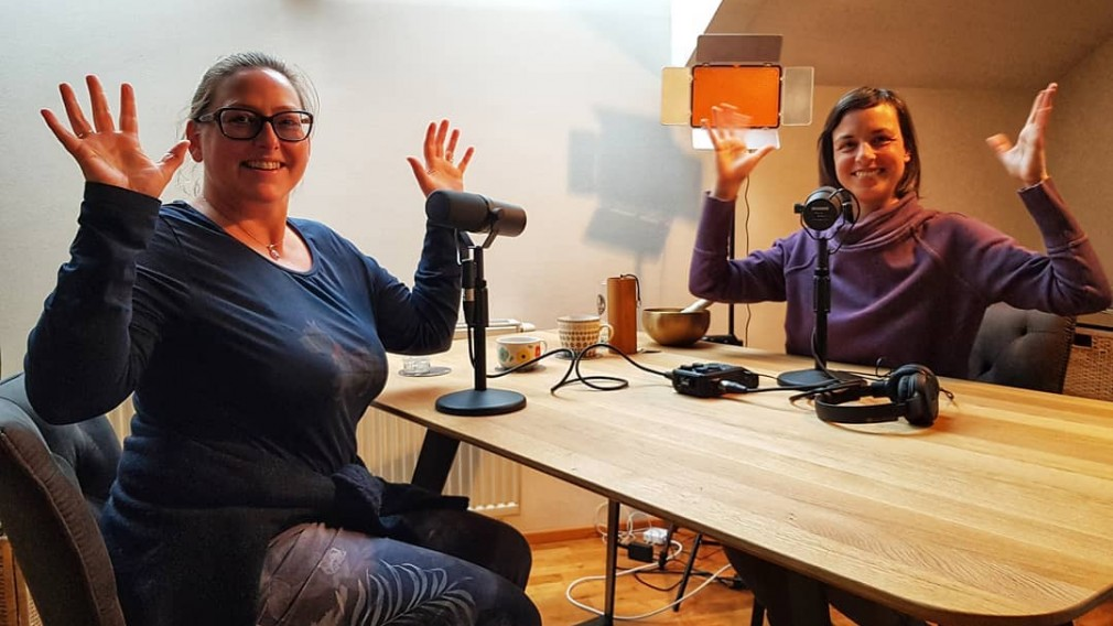Mag.a Martina Eigelsreiter und Mag.a Christina Kiehas bei der Aufnahme eines Podcasts. (Foto: Rudi Schöller)
