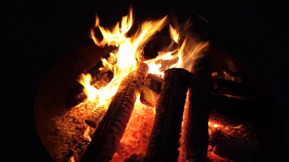 Eine Flamme auf einer Feuerstelle. (Foto: Michael Koppensteiner)