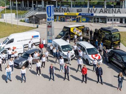 Einige St. Pöltner Veranstalter und Veranstalterinnen vor der NV Arena in St. Pölten - aus der Vogelperspektive. (Foto: Josef Bollwein)