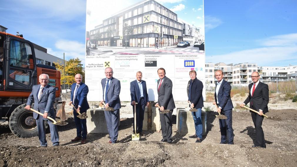 Spatenstich mit Ehrengästen auf der Baustelle der Raiffeisen. (Foto: Vorlaufer)