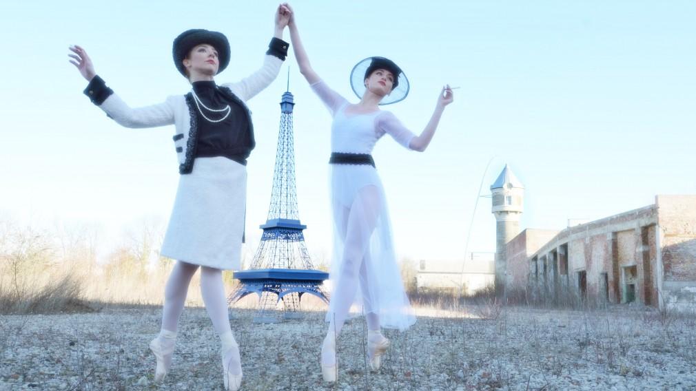 Ballett-Tänzerinnen vor Eifelturm Modell. (Foto: Wolfgang Mayer)