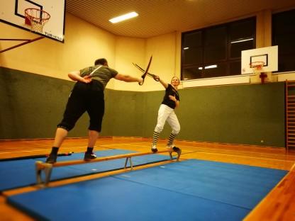 ein Mann und eine Frau beim Fechttraining in einer Sporthalle (Foto: Roland Frühwirt)