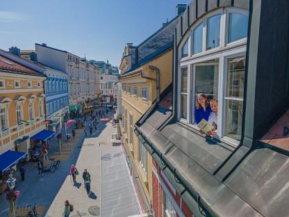 Zwei Personen auf einer Luftaufnahme von der Fußgängerzone. (Foto: Kalteis)