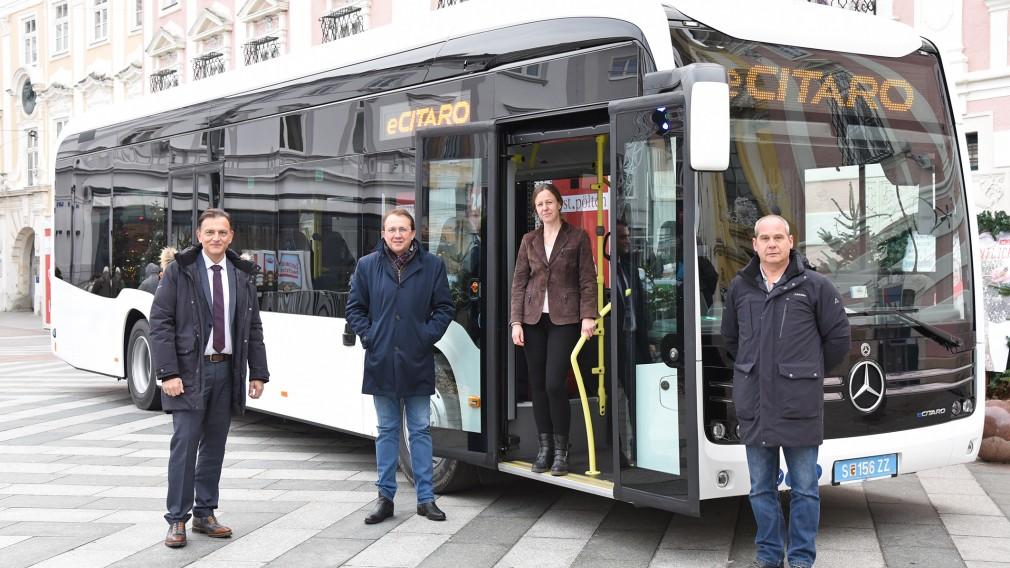 Gerold Autengruber (MB Linienbusse), Bürgermeister Mag. Matthias Stadler, Geschäftsführerin DI Sabine Zuklin und Markus Mitteregger (Technik MB Omnibusse) Foto: Josef Vorlaufer
