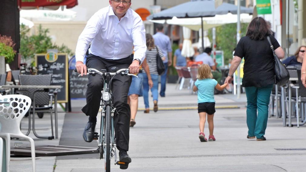 Bürgermeister Matthias Stadler fährt mit dem Rad in der Innenstadt. (Archivbild, Foto: Josef Vorlaufer)