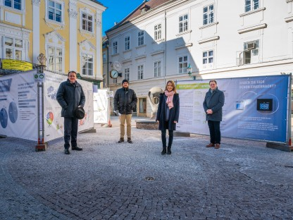 Matthias Stadler, Alexander Schmidbauer (Stadtplanung), Carina Wenda (Stadtplanung) und  Jens de Buck (Stadtplanung) besuchen die Ausstellung zum Promenadenring der Zukunft. Foto: Arman Kalteis