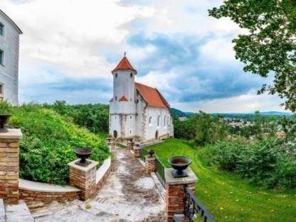 Blick auf die Kapelle neben dem Schloss Viehofen. (Foto: Arman Kalteis)