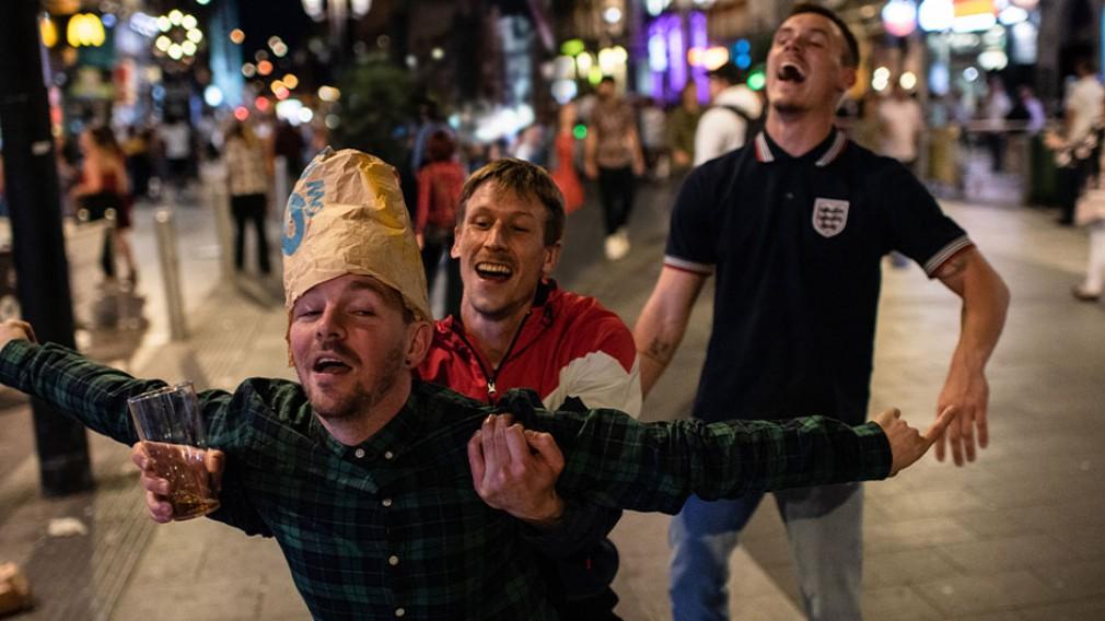 Drei Männer in ausgelassener Stimmung. (Foto: Hugo Glendinning)
