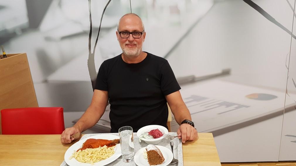 Peter Puchner, Sicherheitsbeauftrager der Stadt St. Pölten bei Tisch mit Speisen