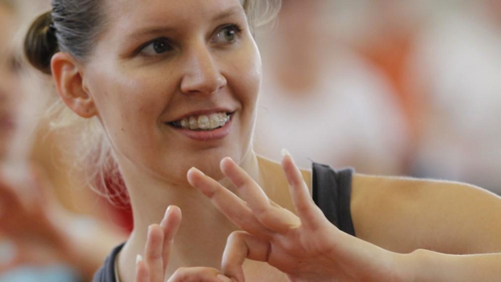 Frau formt Herz mit ihren Händen. (Foto: Erik Wöll)