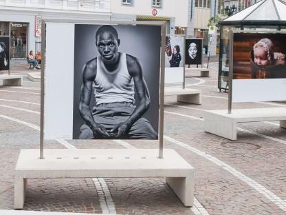 Portraitaufnahmen von Menschen in Aufsteller auf einem Platz. (Foto: Fotostudio Josef Henk.)