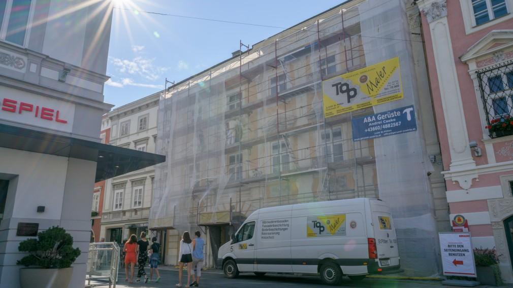 Das Haus Rathausgasse 2, an dem ein Gerüst errichtet wurde, wird saniert. (Foto: Arman Kalteis)