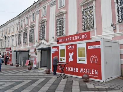 Wahlkartenbüro Container vor dem St. Pöltner Rathaus. (Foto: Josef Vorlaufer)
