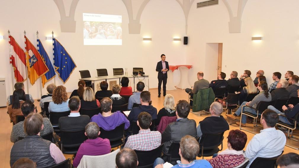 Viele Personen besuchten die Vorträge im Sitzungssaal des Rathauses. (Foto: Josef Vorlaufer)