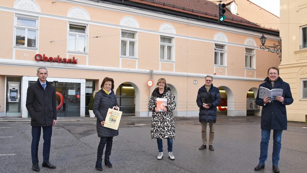 Fünf Personen am vor der Oberbank mit der Adresse Domplatz 2. (Foto: Vorlaufer)