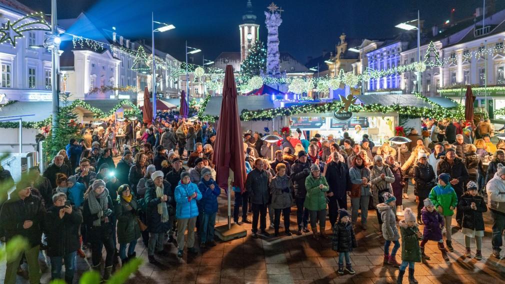 Viele Menschen und weihnachtliche Lichterketten auf dem Christkindlmarkt am Rathausplatz. (Foto: Josef Bollwein)